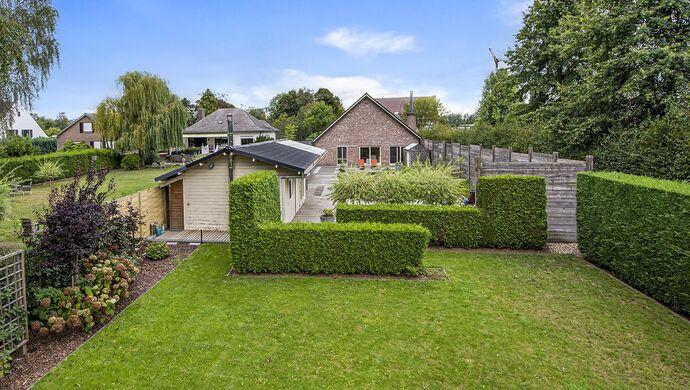 Prachtige villa met wellness nabij het Donkmeer te Berlare.   Op zoek naar je eigen paradijs in de tuin? Ontspan en geniet van de biologische zwemvijver omringd door planten en terras. De 2 bijgebouwen zijn momenteel ingericht als massageruimte en relaxat