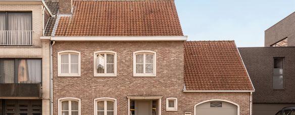 Charmante burgerwoning te koop in de dorpskern te Vrasene! Deze goed onderhouden burgerwoning omvat een ruime lichtrijke inkomhal met gastentoilet. In het woongedeelte met oog op de prachtige natuurstenen schouw heb je een open keuken met zicht op de ruim